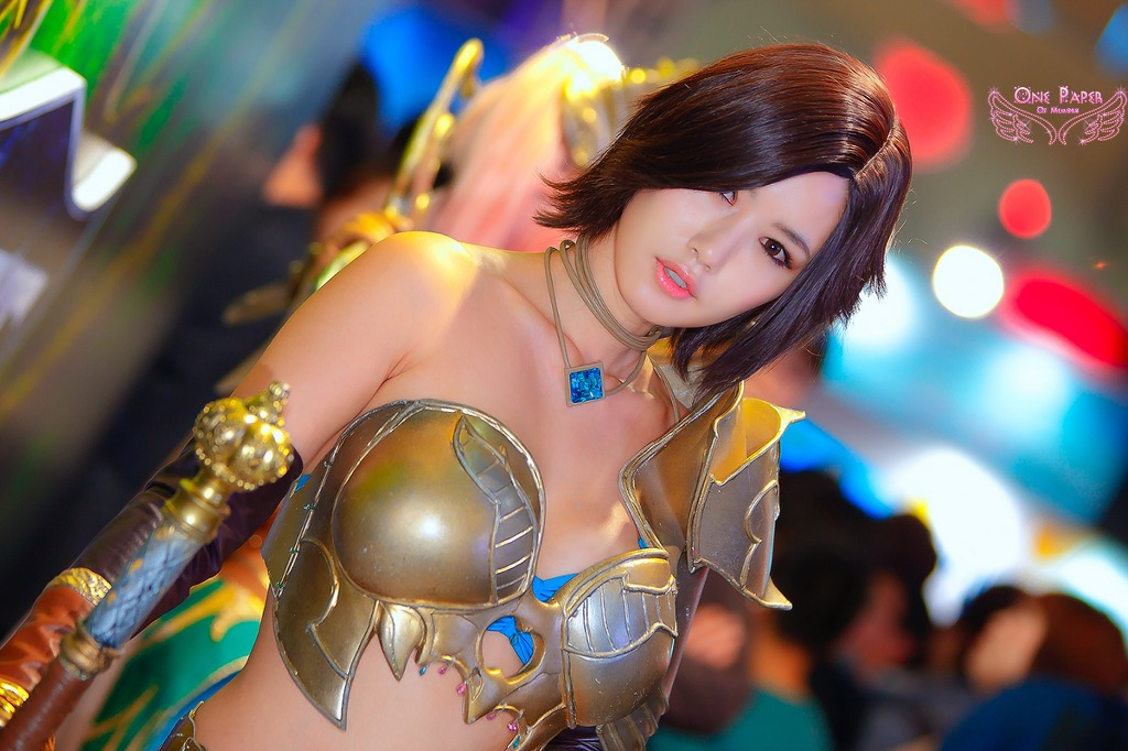 Song Jina with very big armor