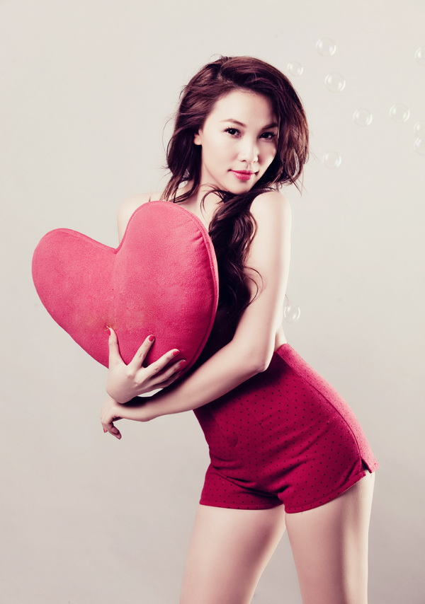 Quynh Mail Vietnamese Lady Sexy with Red Heart-shaped pillow